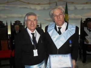 Irmão Álvaro Monteiro entrega o título de Benemérito da Ordem ao Irmão Teles