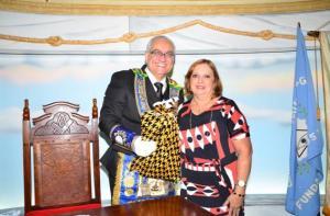 Eminente Irmão Luís Carlos, Grão-Mestre Estadual, recebe sua lembrança do Dia dos Pais das mãos da cunhada Neide, Presidente da Associação Filhas de Hiram